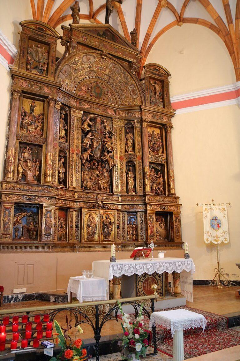 altar de la iglesia de malanquilla decorado para una misa solemne
