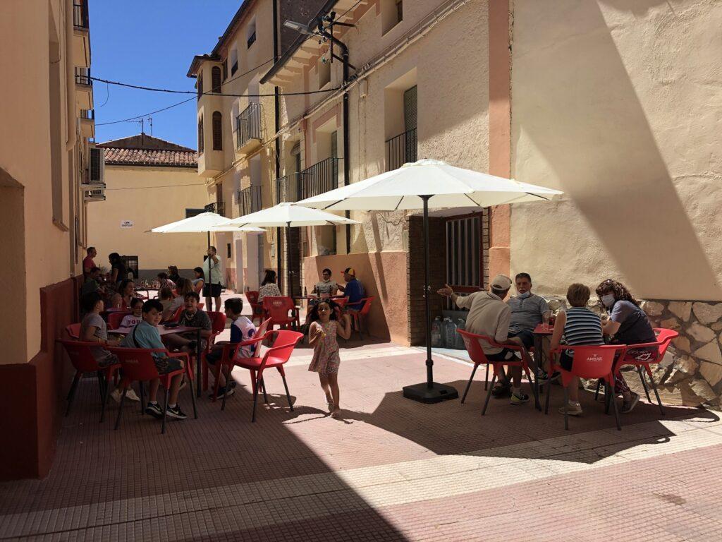 gran ambiente en la comarca de calatayud con la nueva terraza exterior del bar de malanquilla a la hora del vermú