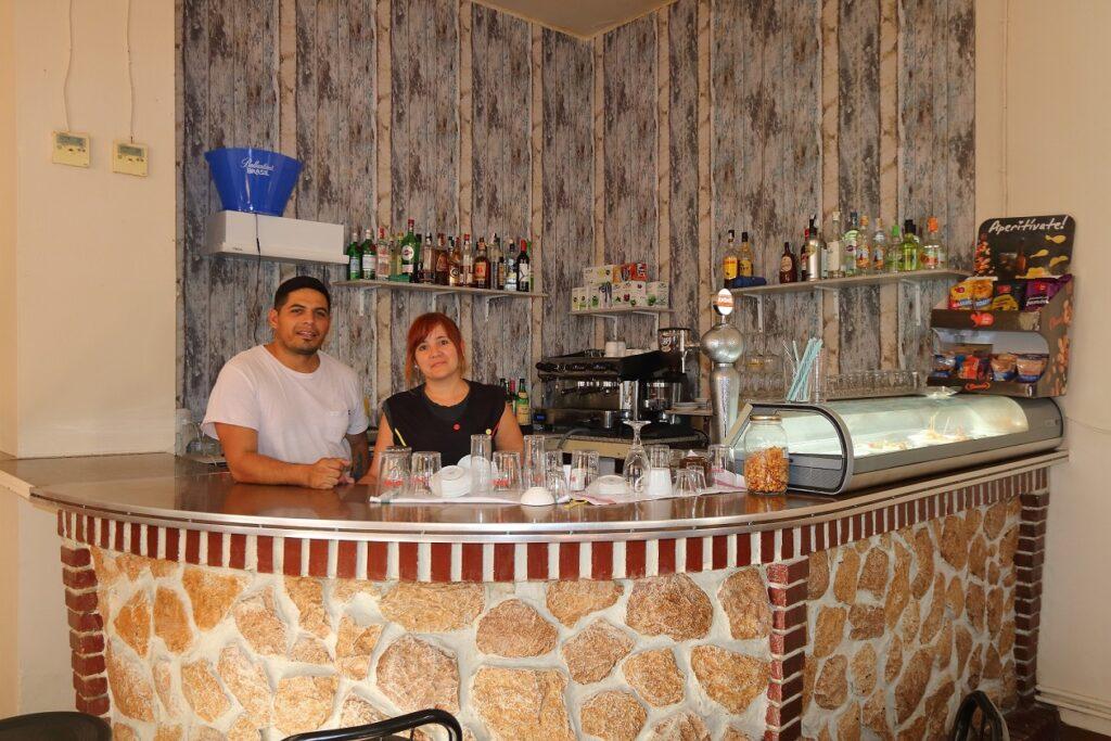 nueva dirección del cafe bar de malanquilla detrás de la barra