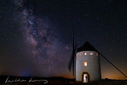 preciosa imagen de la vía láctea tras el molino de viento de malanquilla en una noche muy estrellada