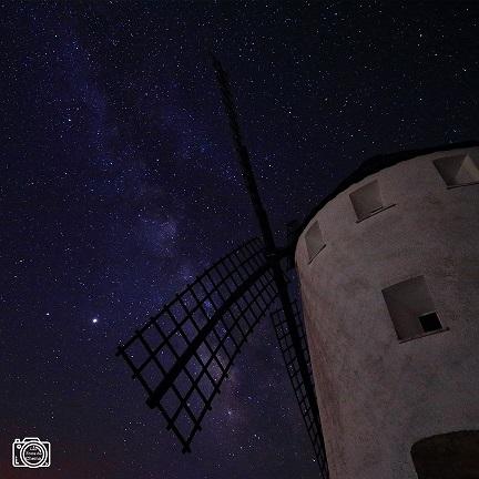 bonita imagen nocturna del molino de viento de malanquilla con la vía láctea al fondo en una noche muy estrellada