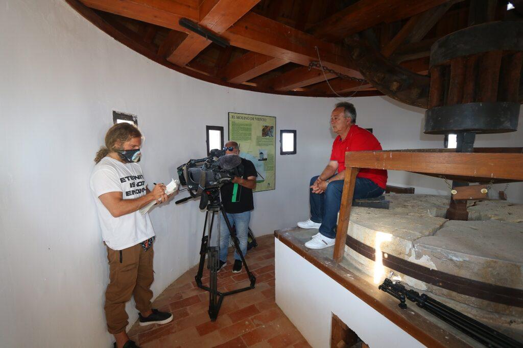 equipo de informativos de cuatro television entrevistando a casimiro moreno en el reportaje sobre el molino de viento de malanquilla