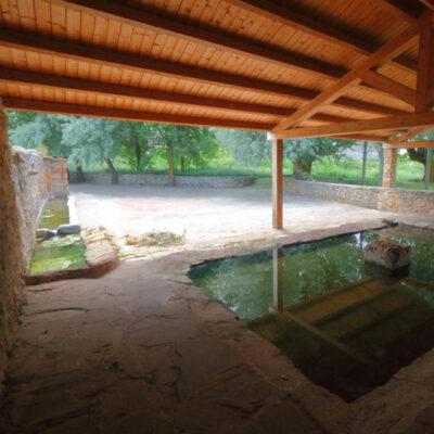 lavadero de malanquilla cubierto y junto a la fuente romana de los tres caños