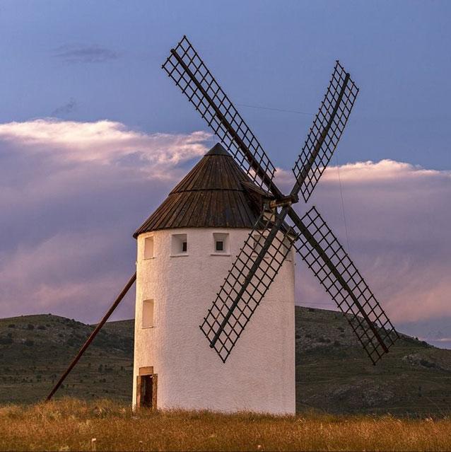 molino de viento de malanquilla sobre el horizonte de la comarca de calatayud atardeciendo