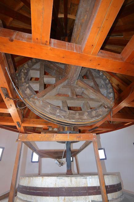 planta superior del molino llamada moledero donde están las piedras y los mecanismos de molienda
