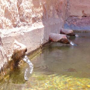 los 3 caños de la fuente romana de malanquilla vertiendo agua