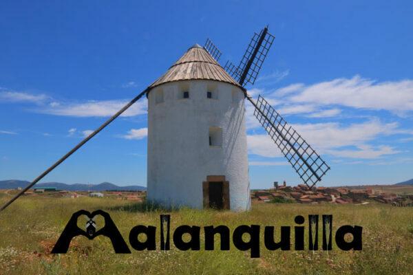 molino de viento de malanquilla y al fondo detrás el pueblo y las letras del logotipo de la localidad de la comarca de calatayud
