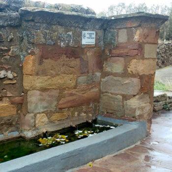 fuente romana de los 3 caños de malanquilla en primer plano