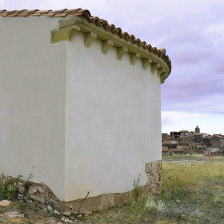 imagen de la pared exterior restaurada de la ermita románica de santa maría de malanquilla