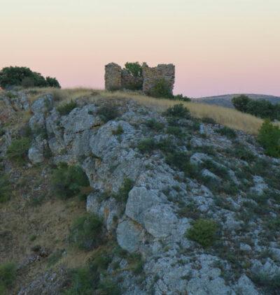 imagen de la torre de los moros o de calderuela de malanquilla sobre el cerro en el horizonte