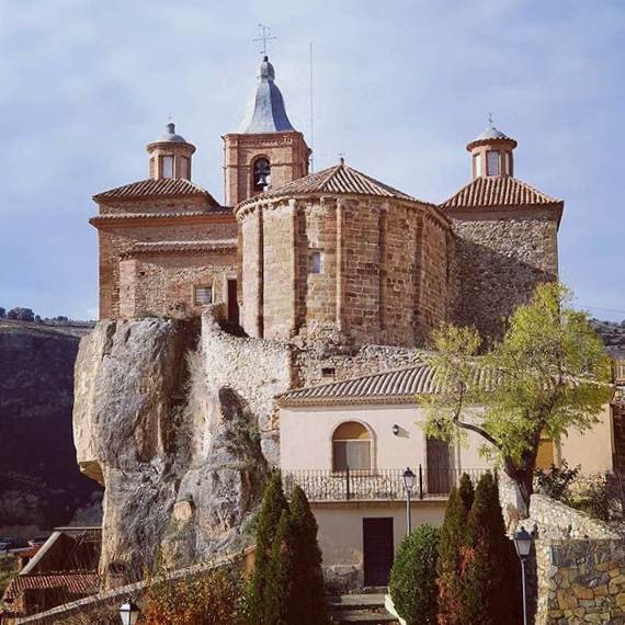 imagen de la iglesia de san millan de berdejo sobre la peña rocosa