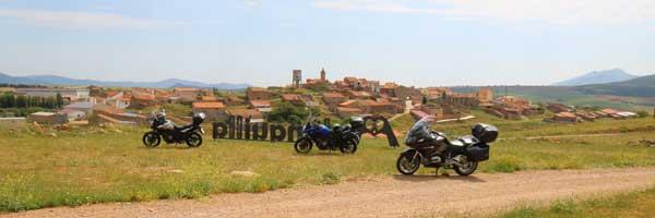 motocicletas paradas en el molino de malanquilla para visitarlo