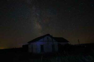 estación antigua de ferrocarril de malanquilla en la noche con la vía láctea al fondo, fotografía nocturna realizada por josé maria biela
