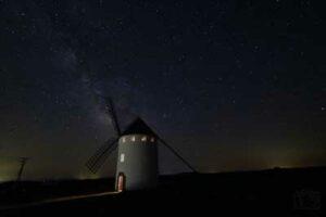 fotografia nocturna a la via láctea en el molino de viento de malanquilla realizada por jose maria biela en su blog las fotos de chema