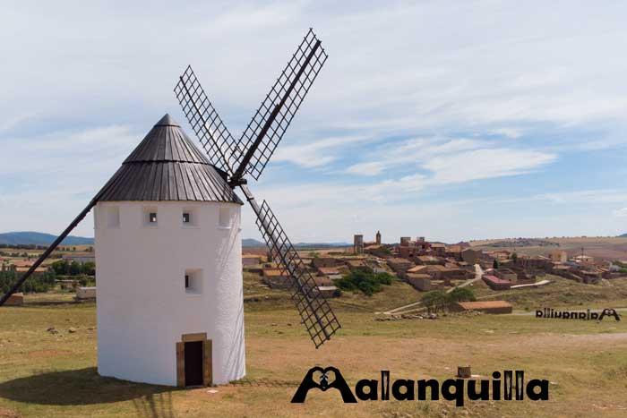 vista desde la explanada del molino de viento de malanquilla con el pueblo al fondo